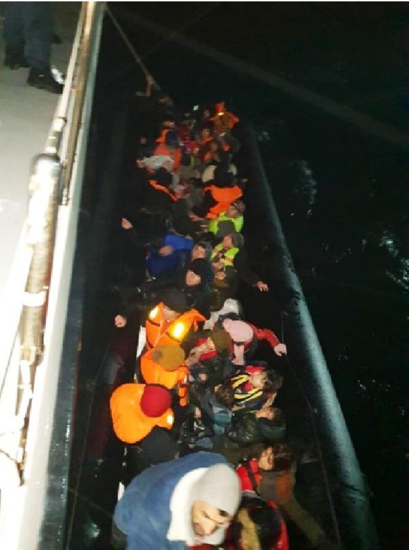 Yardım çağrısı yapılan lastik botta 41 kaçak göçmen kurtarıldı