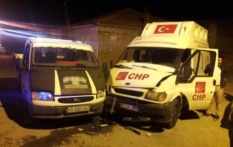 Salihli'de CHP seçim minibüsü ile kamyonet çarpıştı: 7 yaralı