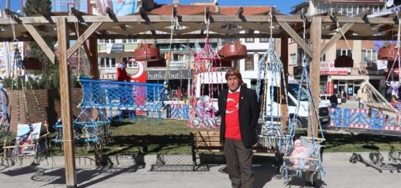 'Bayrakçı dede' bayraklarının bakımı için sergi açtı
