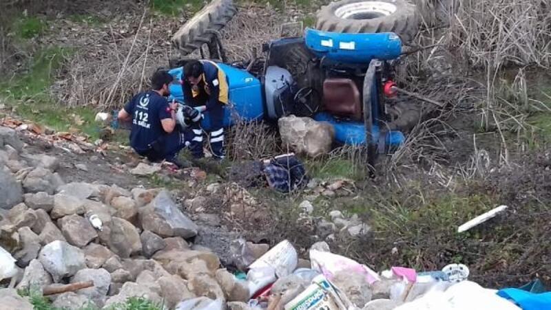 Freni boşalan traktörün altında kalarak öldü