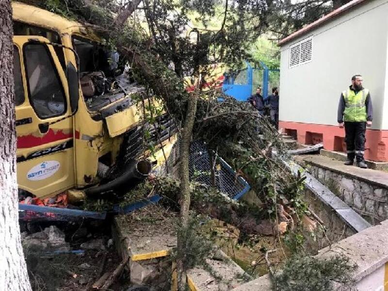 Şarampole yuvarlanan kamyondan atlayan 1 kişi öldü, 2 kişi yaralandı