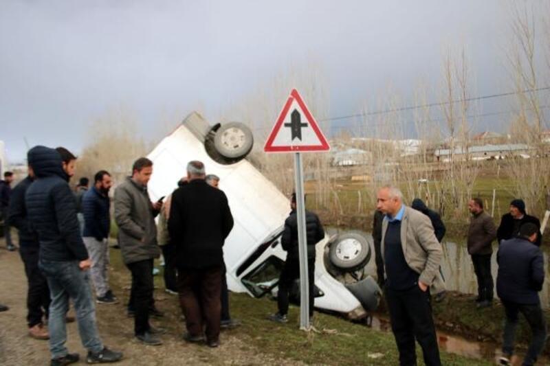 Hafif ticari araç şarampole yuvarlandı: 2 kişi yaralandı