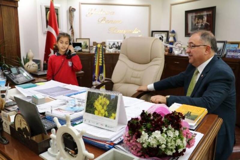 Başkan Salman, makam koltuğunu çocuklara bıraktı
