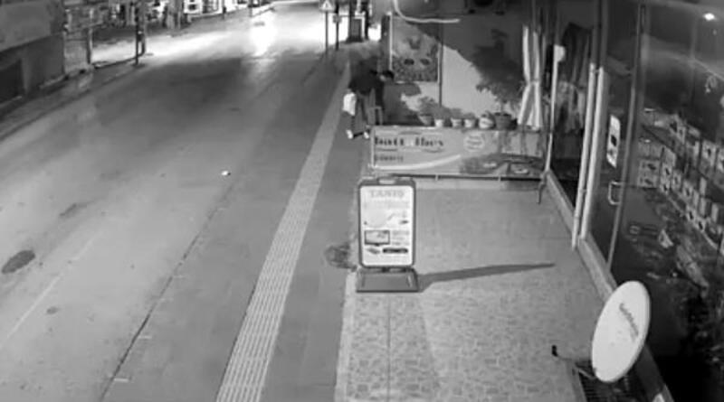 Çiğ köfteci önündeki çiçek hırsızlığı kamerada