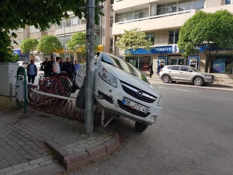 Otomobilin bisiklet parkına çarpma anı kamerada
