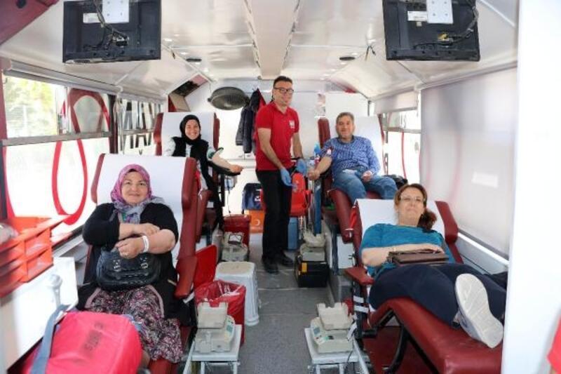 Veliler ve öğretmenlerden kan bağışı