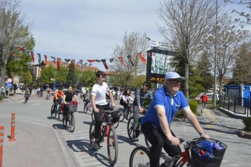 Bisiklete dikkat çekmek için 17 kilometre pedal çevirdiler