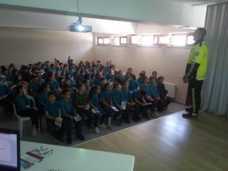 Lapseki'de öğrencilere 'Yaya Öncelikli Trafik'eğitimi veriliyor