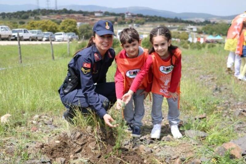 Jandarma, öğrencilerle fidan dikti