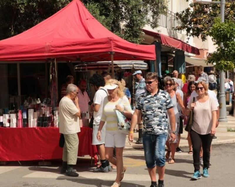 Turist pazara akın etti