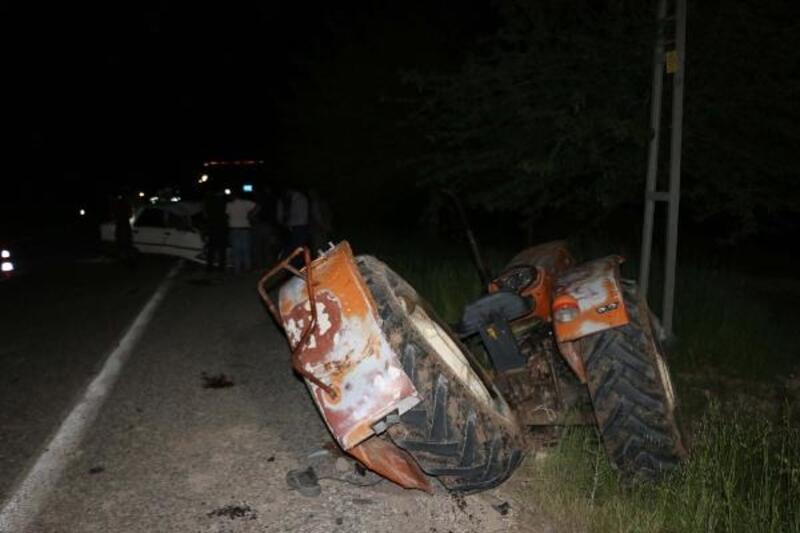 Otomobil, traktöre çarptı: 3 yaralı