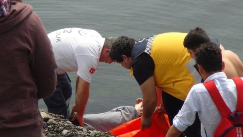 Denize atladı, balıkçılar kurtardı