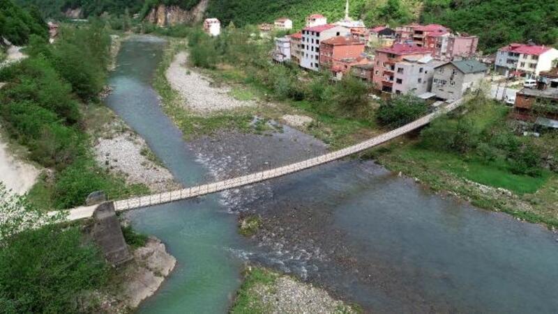 Asma köprüden tehlikeli yolculuğun ardından köylerine ulaşıyorlar