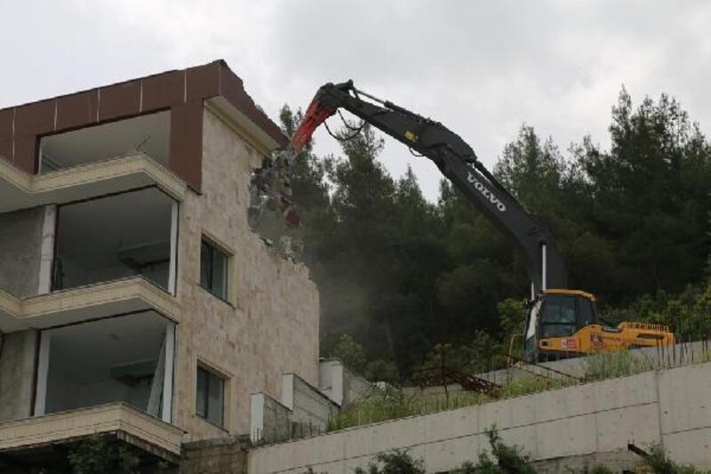 Güvercinlik'te kaçak yapının yıkımına başlandı