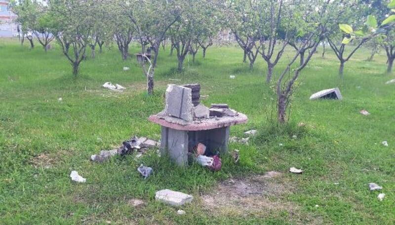 Piknik alanının masalarını yakıp, barbekülerini kırmışlar