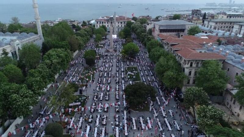 Sultanahmet Meydanı'nda 17 bin kişi iftarda buluştu
