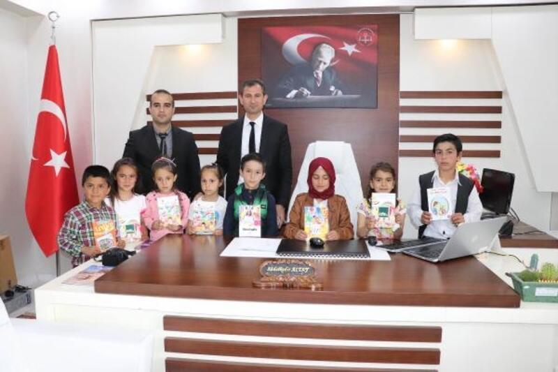 Midyat İlçe Milli Eğitim Müdürü Altay'dan öğrencilere kitap hediyesi