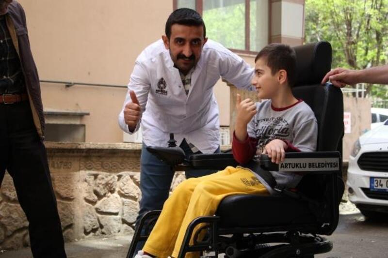 Şehidin kardeşine akülü tekerli sandalye