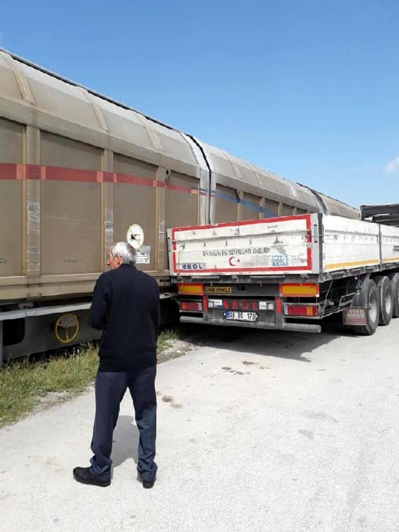 Tren park halindeki Tır'a çarptı