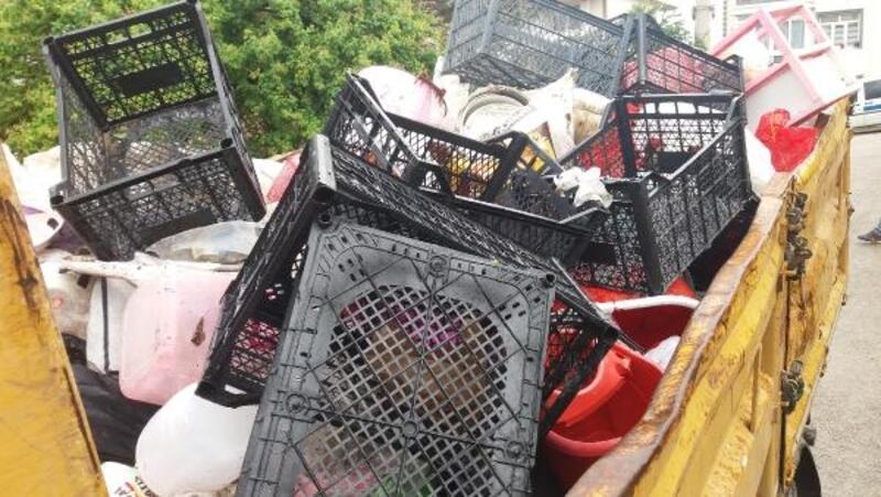 Apartman bahçesinden 3  kamyon çöp çıktı