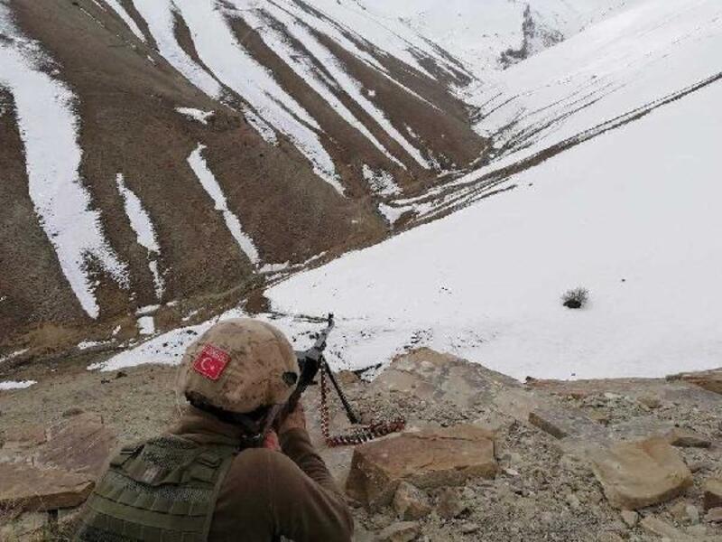 Van'da PKK'lı teröristlere ait yaşam malzemeleri ele geçirildi