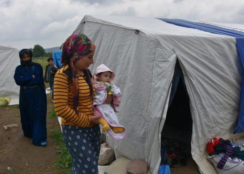 Tarım işçisi ailelerin çadırda çocuklarıyla yaşam mücadelesi