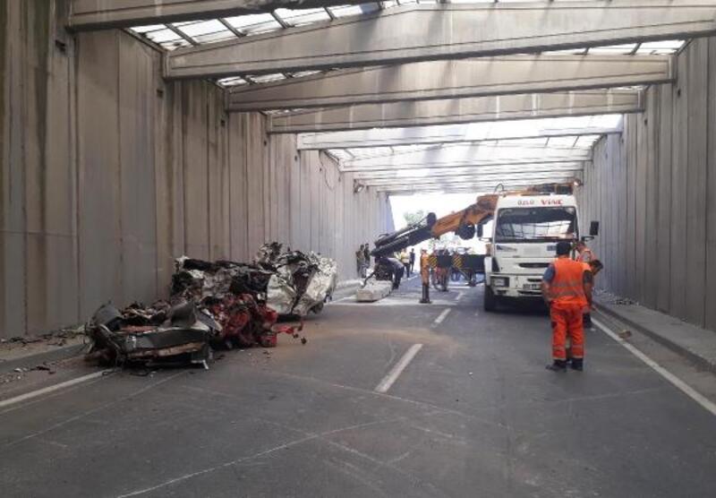 İzimr'de kirişi yıkılan alt geçit trafiğe kapatıldı