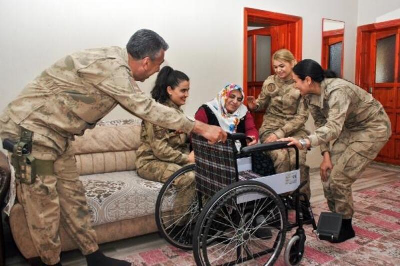 Kadın komutanlar, yaşlı kadına tekerlekli sandalye hediye etti
