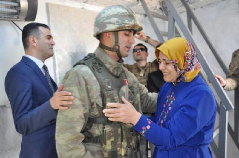 Derecik'teki askere 'Anneler Günü' sürprizi