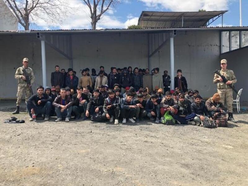 Van'da kamyon kasasında 103 kaçak göçmen yakalandı