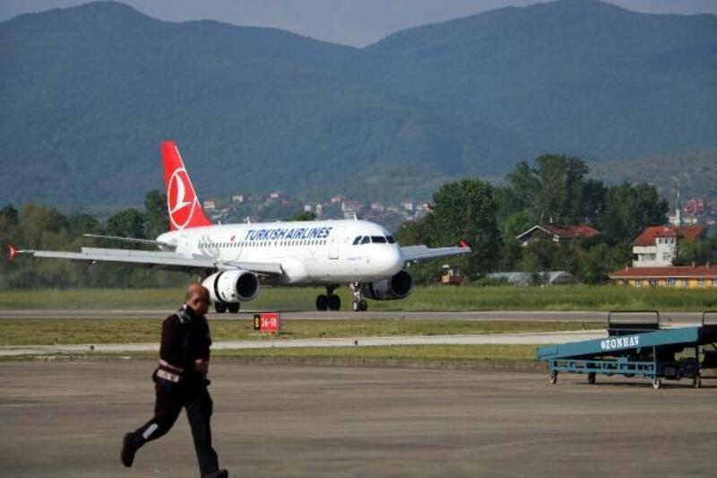 THY'nin Zonguldak'a inen ilk uçağına, çiçekli karşılama