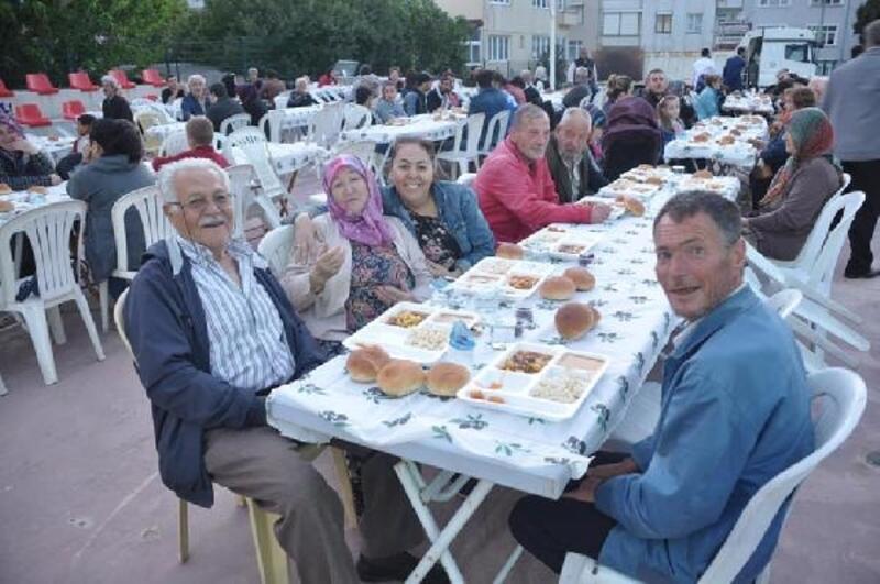 Lapseki Belediyesi, ikinci sokak iftarını verdi