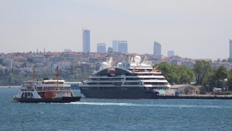 Fransız gemisi turistlerle İstanbul'a geldi