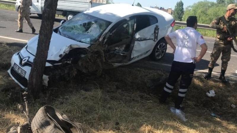Otomobil, ağaca çarptı: 3 yaralı
