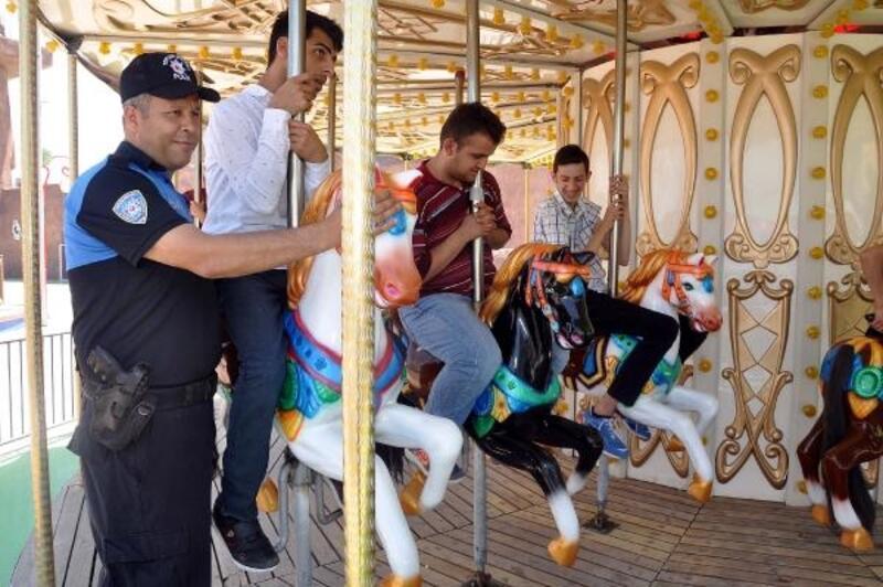 Polislerden, özel öğrencilere masal park gezisi