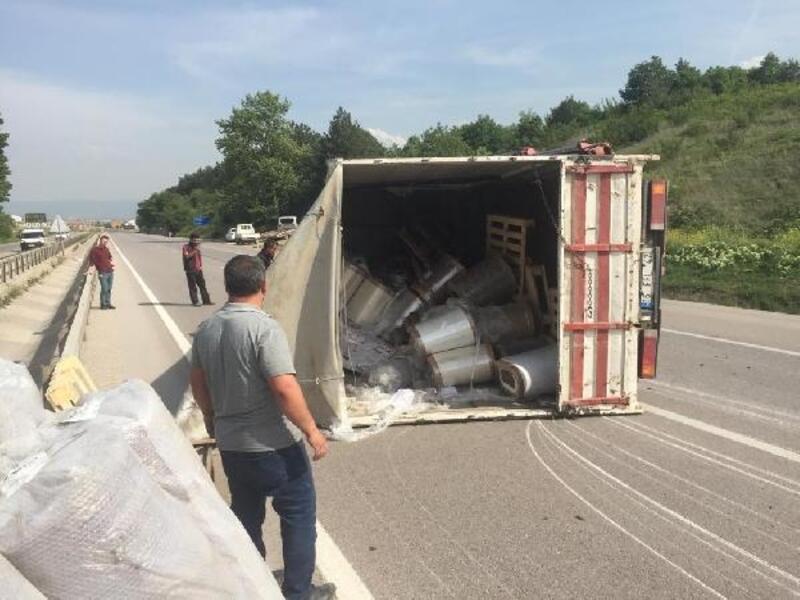 Lastikleri patlayan kamyonet devrildi