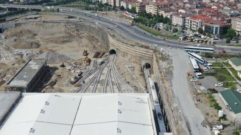 TIR'larla getirilen trenler raylara indirildi