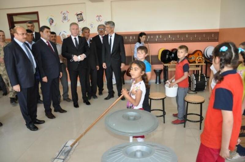 Temizlik malzemeleri ile müzik yapan çocuklara Bakan Gül'den müzik aleti