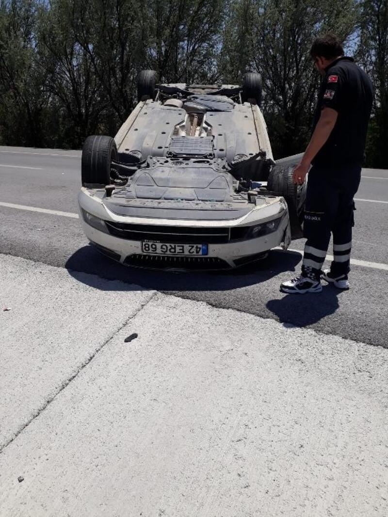 Otomobil, TIR'a çarptı: 3 yaralı