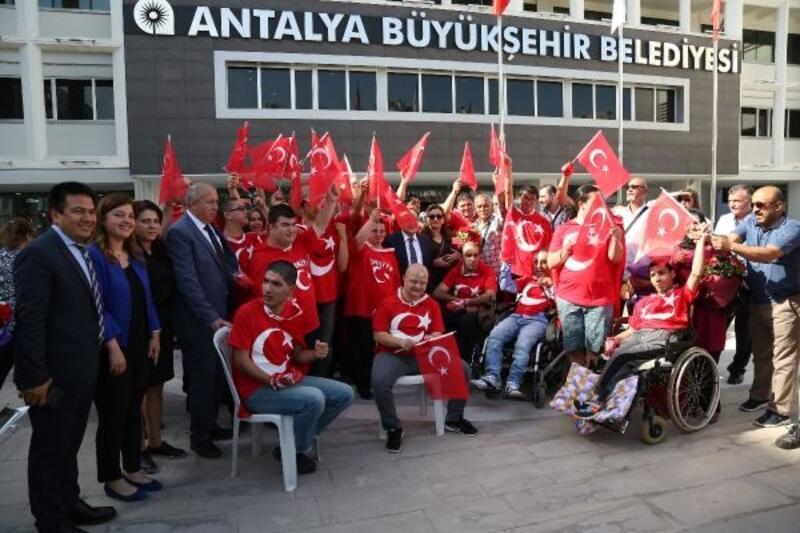 'Kınalı kuzular' davul zurnayla temsili askerlik için uğurlandı