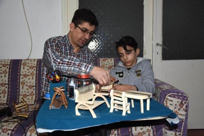 Engelli oğluyla birlikte ahşap biblo yapıp satıyor