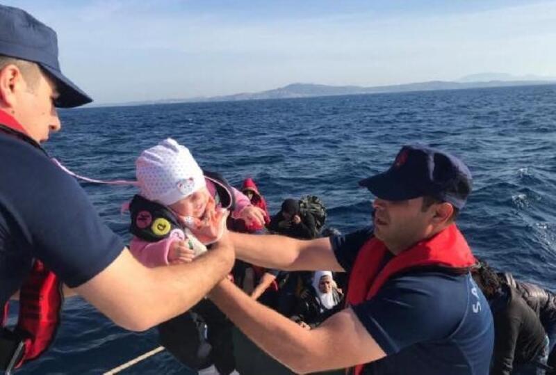 Çeşme'de denizde iki botta 80 kaçak göçmen yakalandı
