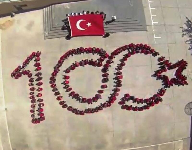 Öğrenciler vücutlarıyla 'Türk bayraklı 100' figürü oluşturdu
