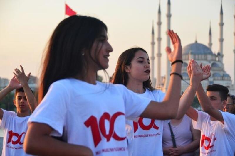 Tarihi Taşköprü'de yüzlerce kişi Atabarı oynadı