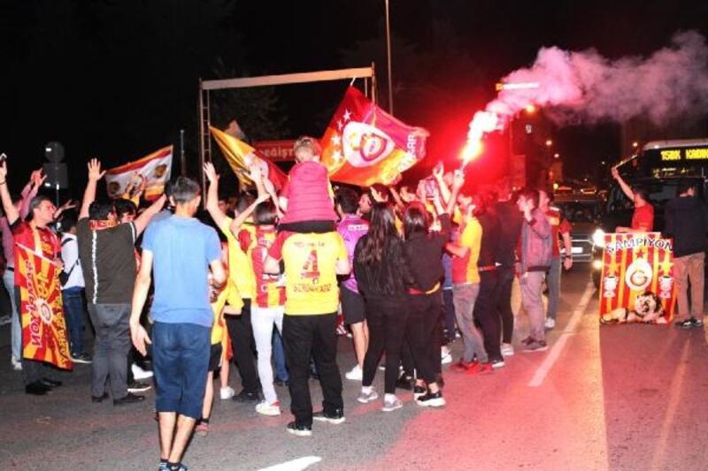 Galatasaraylı taraftarlardan FSM'de şampiyonluk kutlaması