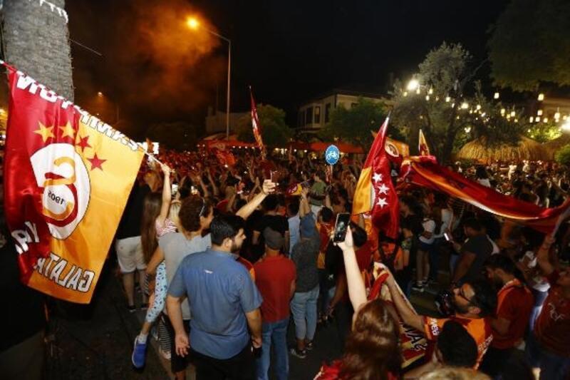 Antalya'da Galatasaray taraftarından şampiyonluk kutlaması