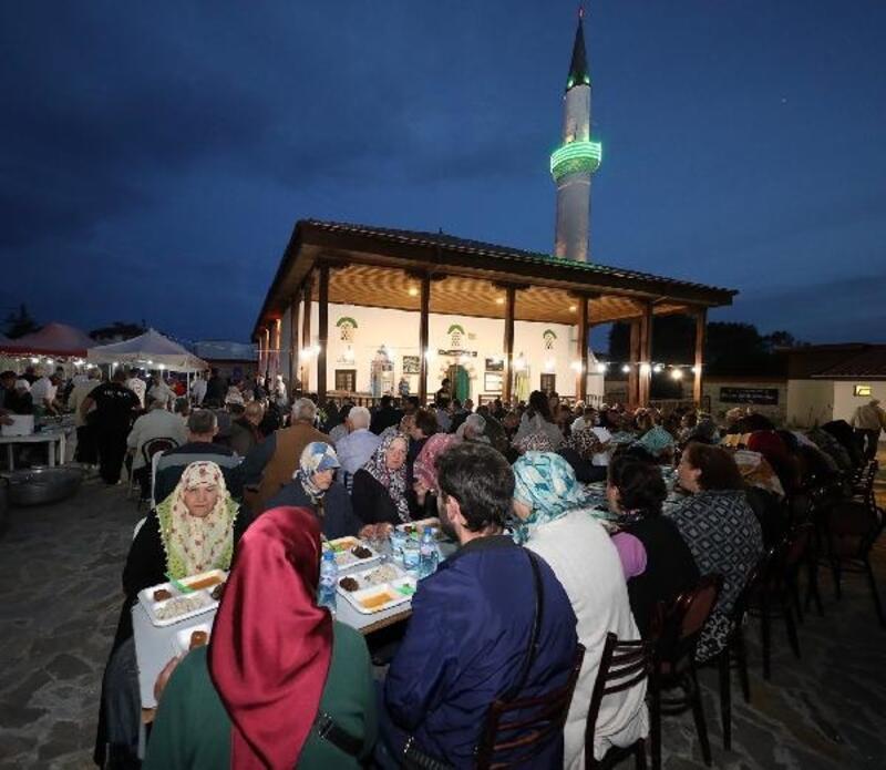 Bulgaristan'daki caminin bahçesinde iftar yemeği