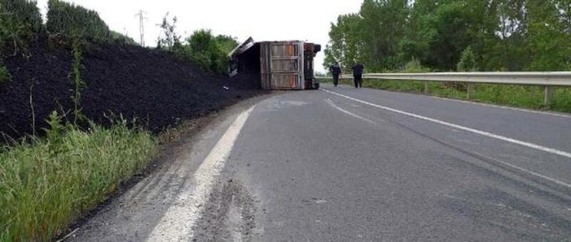 Kömür yüklü TIR devrildi: 1 yaralı