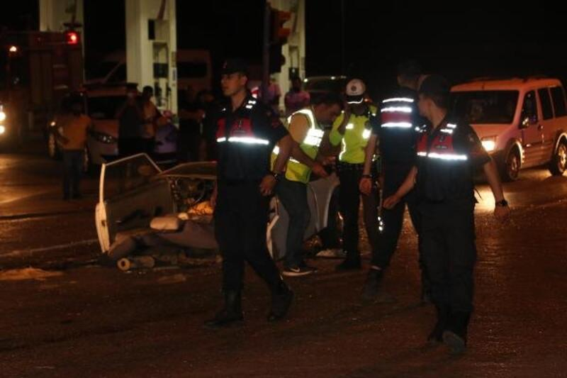 Kazada otomobil ortadan ikiye bölündü