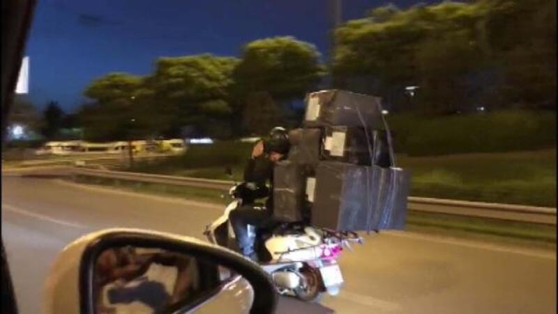 Trafikte motosikletle 8 büyük koli taşıdı... O anlar kamerada